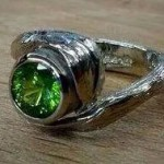 Palladium/white gold ring chased and repoussé, with a lovely demantoid garnet